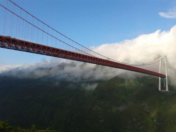 云雾缭绕的坝陵河大桥